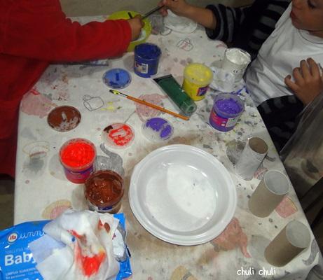 terminando de pintar los rollos