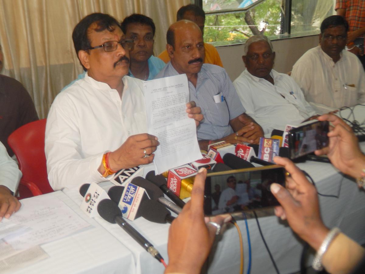 Jhabua News-बर्तन बांटने के नाम पर आदिवासियो को भ्रष्टाचार कर छला गया