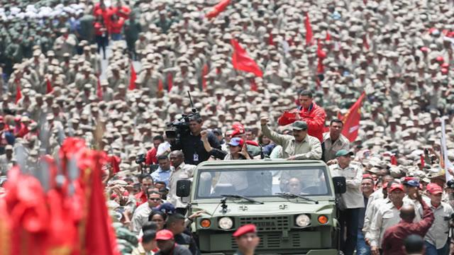 Ni medicinas ni comida: Maduro aprobó dinero para dotar de fusiles a milicianos