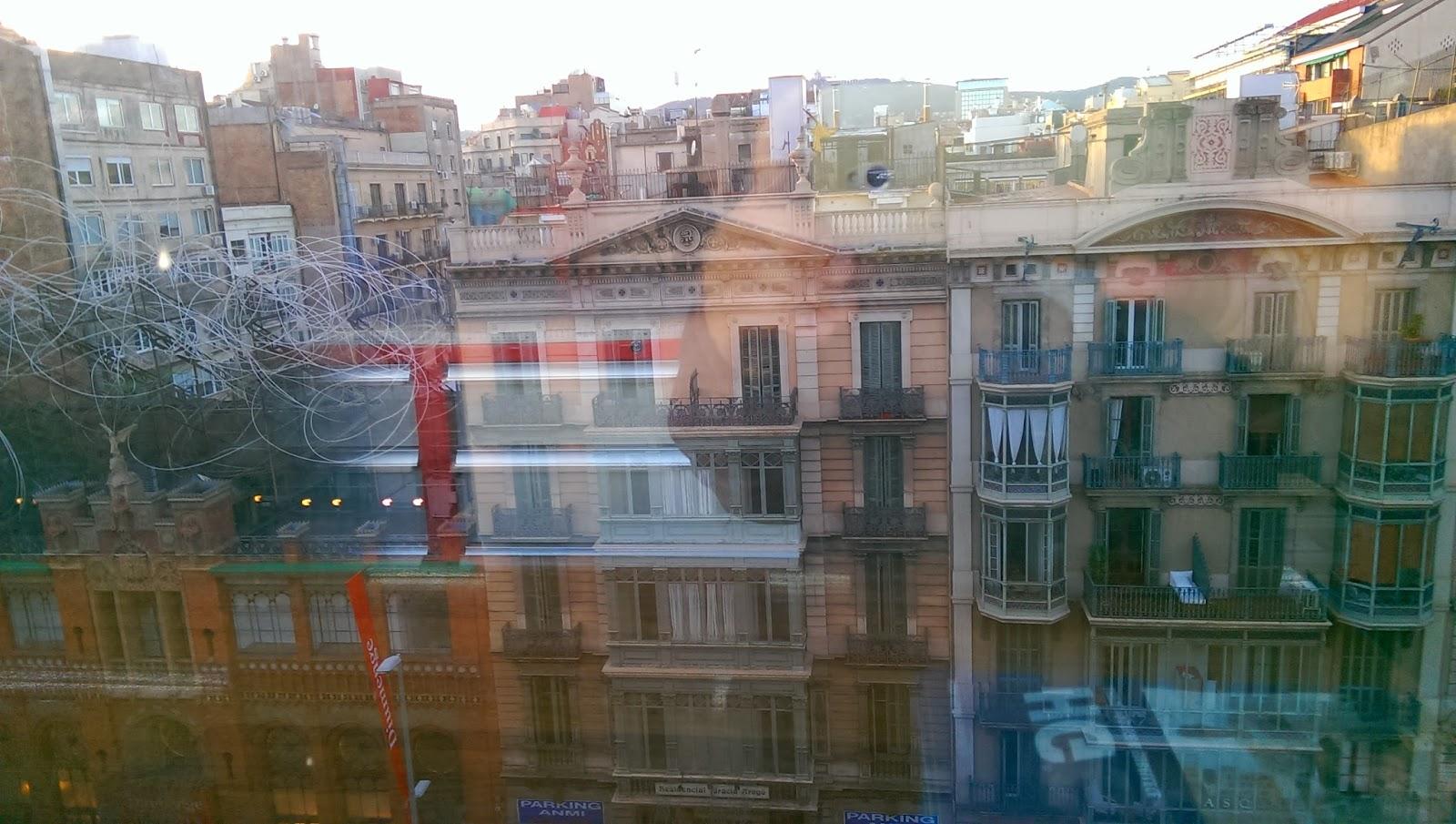 Barcelona, Fundación Tàpies y calle Aragón desde Servicio Estación