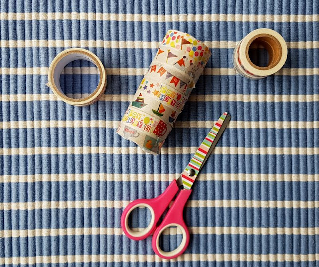 DIY: Ein Piraten-Fernrohr mit Kindern aus Klorollen basteln. Mit Masking Tape und Klopapierrollen sind die Fernrohre schnell gebastelt.