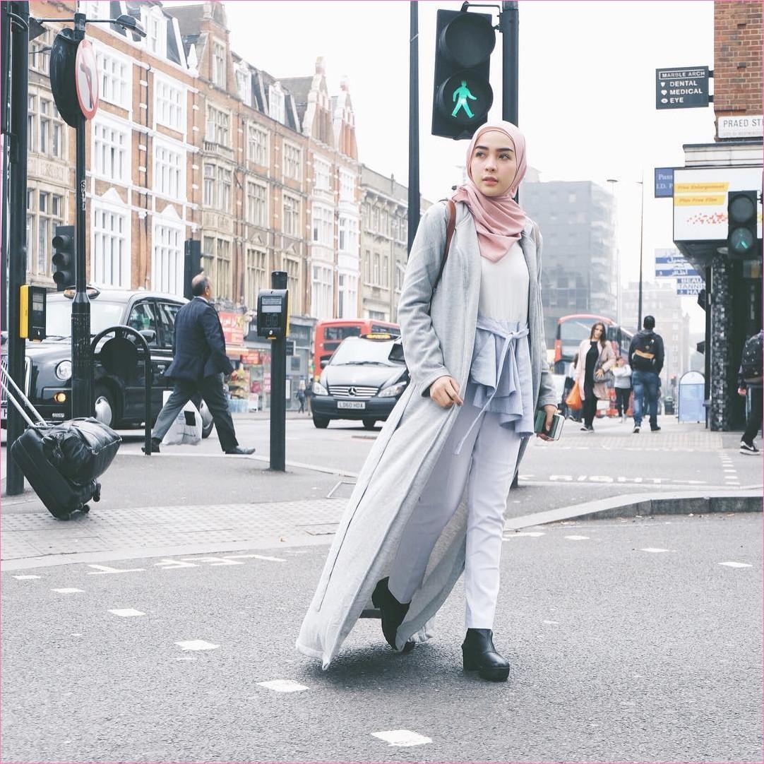 Outfit Baju Traveler Berhijab untuk Keluar Negri Ala Selebgram 2018 high heels boots hitam cardigan kemeja top blouse abu jeans longpants putih hijab pashmina pink ciput rajut krem backpack coklat handphone ootd outfit trend coat