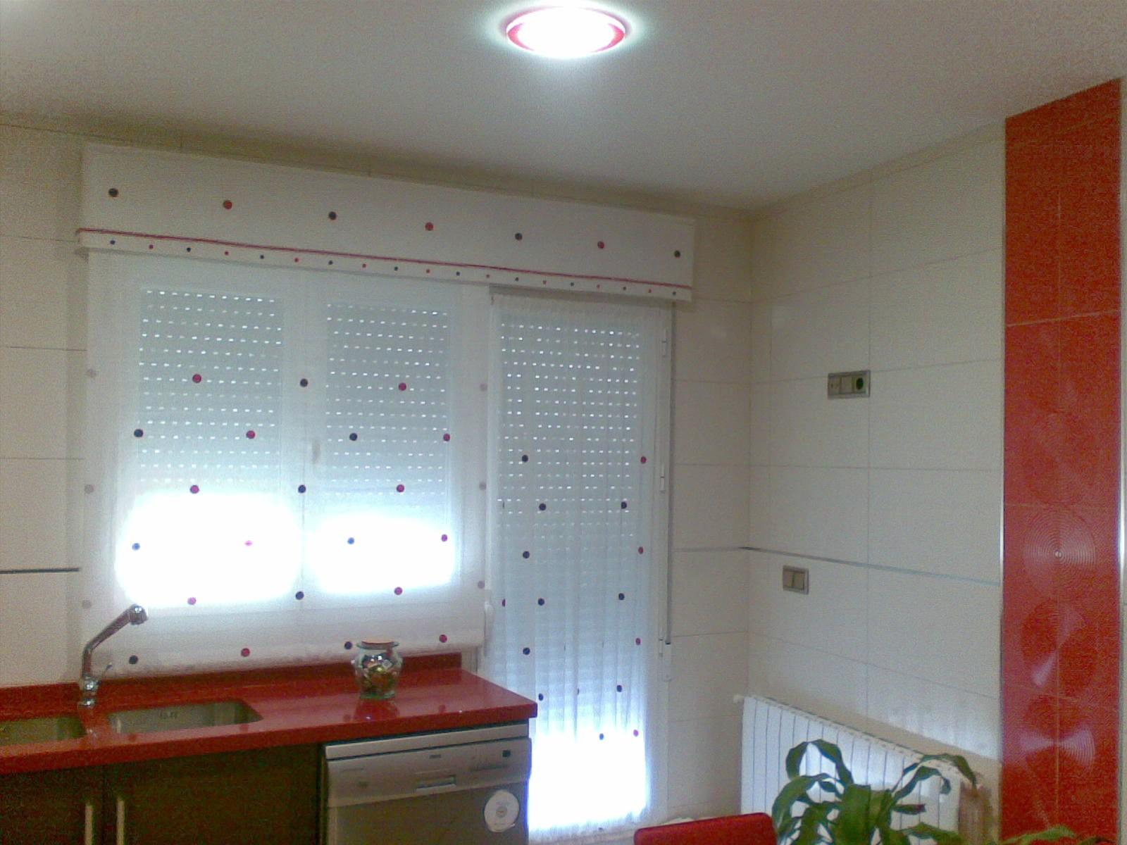 Muebles de cocina con cortinas / Pavimento laminado
