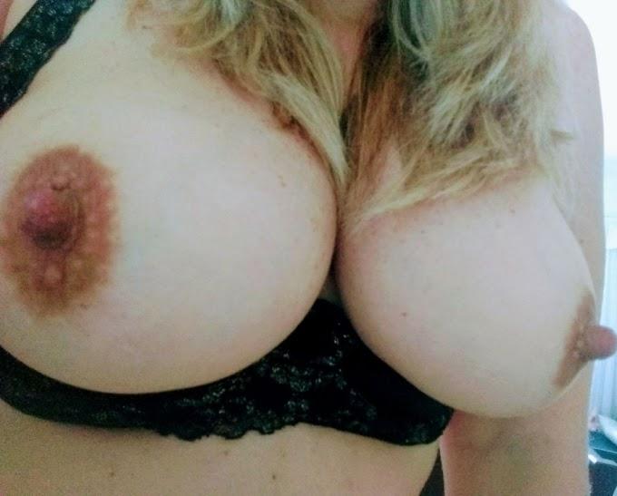 Esposa gostosa dos peitos naturais