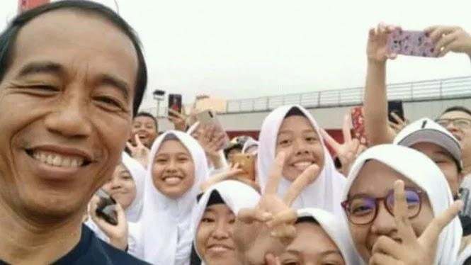 Foto Dengan  Jokowi, Warga Berpose Dua Jari
