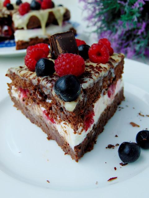 Torcik czekoladowy z malinami i polewą z białej czekolady