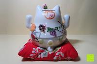 hinten: Japanische Maneki Neko Glückskatze aus Porzellan (Klein, 12 cm)