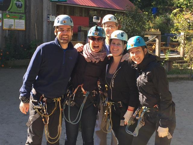 Cinq blogueurs portant harnais et casque de sécurité à Arbraska