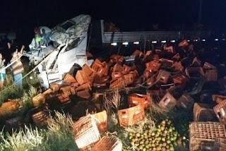 Caminhão carregado de tomate tomba