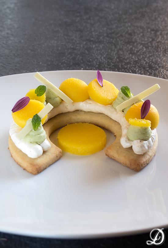 Receta de postre elegante en plato, con merengue, Mango y Pistacho