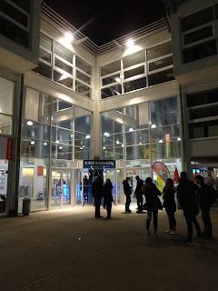 Nächtlicher Eingangsbereich zur TURM-Erlebniscity in Oranienburg.