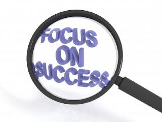 Lupa-aumentando-frase-foco-no-sucesso