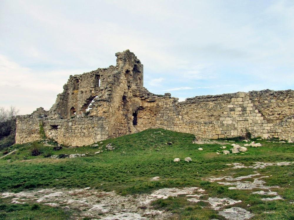Стена и башня цитадели Феодоро в Крыму