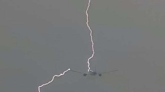 Απίστευτο βίντεο: Κεραυνός χτυπά Boeing 777 στον αέρα!