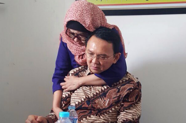 Basuki Tjahaja Purnama alias Ahok dipeluk kakak angkat di ruang tunggu PN Jakarta Utara. (ist)