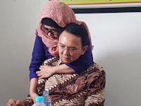 Ahok menangis, kakak angkatnya yang muslim peluk Ahok... Lihat fotonya