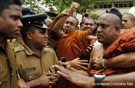 Monjes budistas atacan iglesias