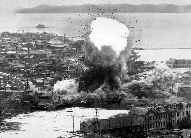 Un B-26 bombardeando un almacén norcoreano en Wonsan