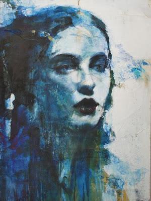 ilustración de mujer color azul.