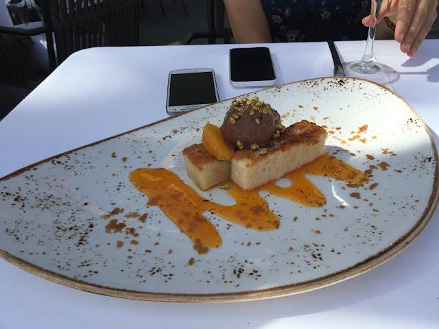 Torrijas con helado de chocolate y crema de naranja
