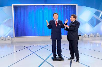 O apresentador mostra seu boneco de cera (Crédito: Lourival Ribeiro/SBT)