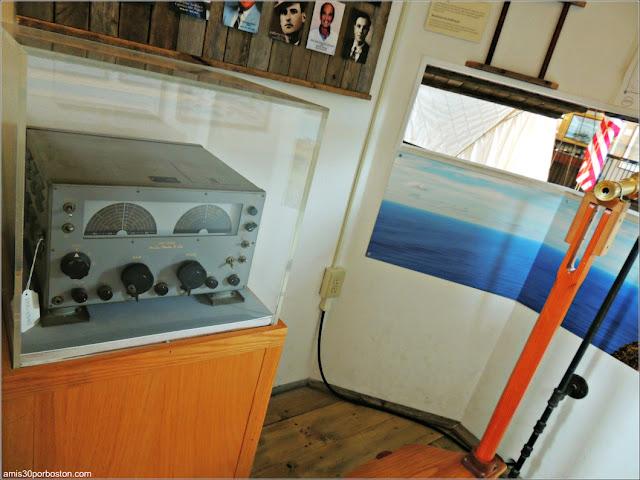 Radio en la Torre Vigilancia en el Azorean Whaleman Gallery del Museo de las Ballenas de New Bedford