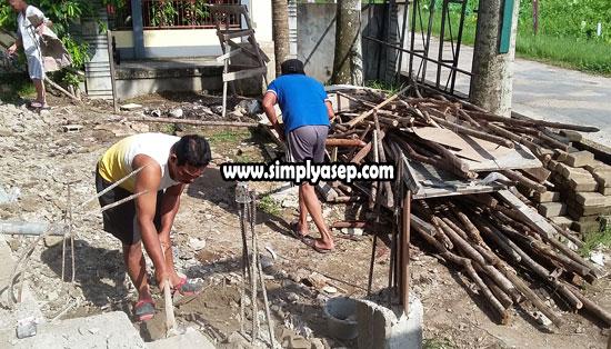 KAYU :  Inilah tumpukan kayu dan cerucuk yang sedang dirapihkan dan selanjutnya akan ditindak lanjuti oleh tukang. Foto Asep Haryono