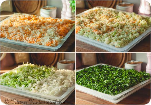 vorbereitetes Gemüse und Kräuter auf den Trockeneinschüben