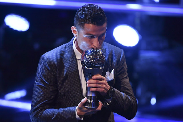 Cristiano Ronaldo instantes depois de ser eleito o melhor do mundo pela quinta vez - a segunda consecutiva (Foto: AFP)
