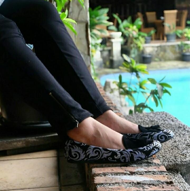 Sepatu Batik Hitam Manis | The Warna Indonesia