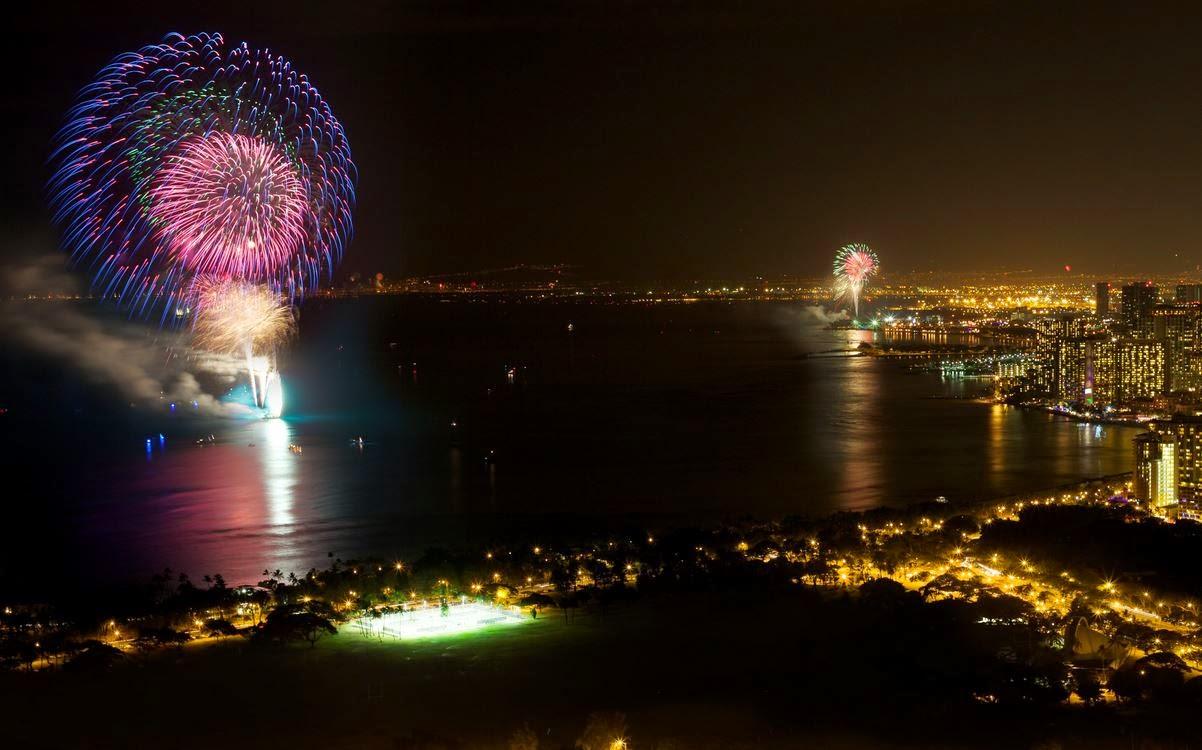 Spettacolari fuochi d'artificio per la notte del 31 dicembre a Waikiki Beach, Honolulu, nelle isole Hawaii