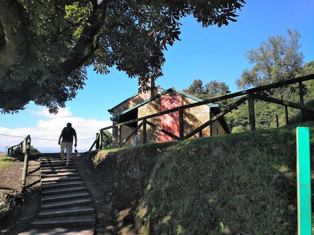Acceso al Centro de Visitantes del Preromanico Asturiano desde el camino del parking