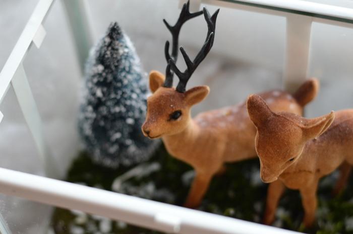 zimowe dekoracje, dekoracje okna, śnieżne dekoracje, jelonek dekoracyjny, sztuczna mała choinka, mech, słoik