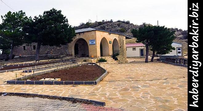 DİYARBAKIR- Hazreti Zülkifl Aleyhisselam'ın makamı ve Hazreti Şit'in oğlu Hazreti Enüş Aleyhisselam'ın kabrinin bulunduğu Ergani ilçesine gelen ziyaretçiler manevi atmosferi soluyor.