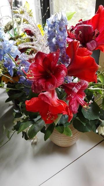 Oude bloemen voor de kerk van de priorij