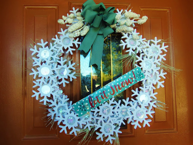 http://hollyshome-hollyshome.blogspot.com/2014/01/a-snowflake-wreath-for-winter.html