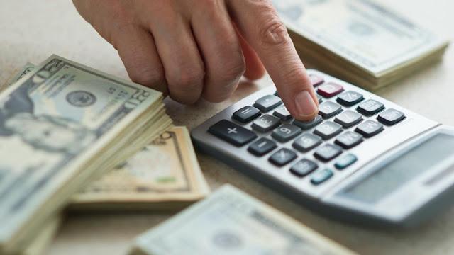 Cara menghemat gaji atau uang bulanan   Untuk para pegawai atau karyawan di suatu perusahaan pasti akan mendapatkan gaji bulanan. Kecuali para pedagang mereka bisa gajian hampir setiap hari. Tapi banyak kalangan orang yang sangat haus dengan uang, tiap dia gajian uangnya akan habis hanya untuk membeli hal-hal yang sebetulnya tidak penting . seperti halnya hanya membeli barang-barang yang sebetulnya tidak di perlukan dan hanya di pakai sesekali saja tanpa mempunyai kegunaan yang bermanfaat dan tanpa mampu menghemat gaji atau uangnya sendiri.  Sikap boros sangat tidak baik bagi kehidupan karena sikap boros hanya akan membuat hidup menjadi susah, ada baiknya kita membuang sikap itu dan mulai hemat agar hidup kita terhindar dari kesusahaan. Tapi hemat disini bukan berarti pelit, arti hemat disini adalah mengeluarkan sejumlah uang sesuai dengan kebutuhan primer Anda. Berikut adalah beberapa cara menghemat gaji atau uang bulanan anda:  Menabung   Menabung adalah cara paling baik untuk menghemat  gaji atau uang anda dan menjaga hasil dari kerja keras anda, dengan menabung anda bisa mengumpulkan sedikit demi sedikit uang anda. Dan tanpa disadari uang anda akan menjadi banyak dan terkumpul asalkan anda tidak sering mengambilnya. Dan tanpa disadari uang anda akan terkumpul dan anda bisa berhemat dengan benar, karena uang yang anda keluarkan akan terbatasi dan sebagian uang itu anda tabungkan untuk sesuatu hal yang anda butuhkan di kemudian hari.  Batasi pengeluaran   Jangan seenaknya membelanjakan uang, atur dengan benar semua pengeluaran anda dan jangan membeli suatu hal yang kiranya tidak penting dan tidak bermanfaat . Bijaklah dalam memilih barang yang anda beli, cari barang yang bagus tapi harganya bersahabat agar anda dapat menghemat gaji bulanan anda dengan benar. Dengan begitu pengeluaran anda akan terbatasi, karena anda tepat memilih barang dan kebutuhan yang anda perlukan dan akhirnya anda akan mampu menghemat gaji dan uang bulanan anda secara baik.  Belanja sesuai k