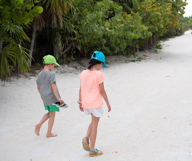Dos niños caminando sobre la arena