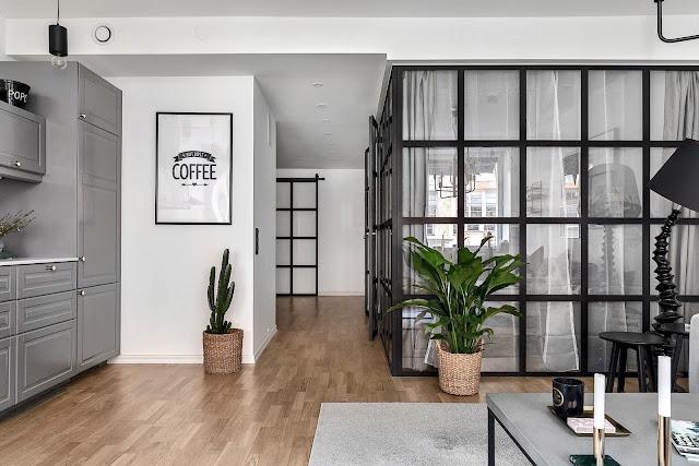 Dormitor închis între pereți de sticlă într-un apartament de 57 m²