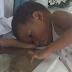 Fotografían a un niño junto al ataúd de su mamá y se vuelve viral; lo que dice el niño te partirá el alma
