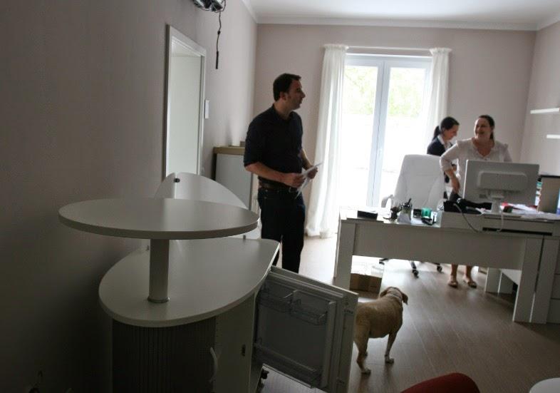 colour up your office lieferung mit einweisung von mobilen kaffeeschr nken mit k hlschrank. Black Bedroom Furniture Sets. Home Design Ideas