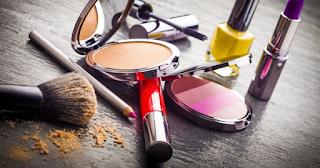 ¿Cómo sacar manchas de maquillaje de la ropa delicada?