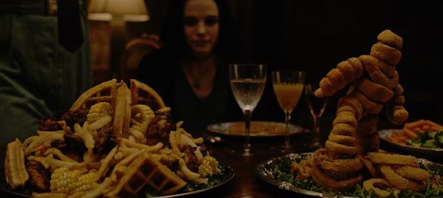 gofres, patatas fritas una figura hecha de buñuelos y aros de cebolla, entre decenas de platos