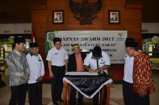 BAZNAS Trenggalek Anugerahkan Award Kepada Sejumlah UPZ
