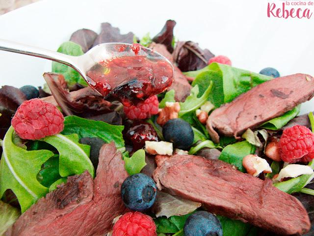 Ensalada de pato con frutos rojos