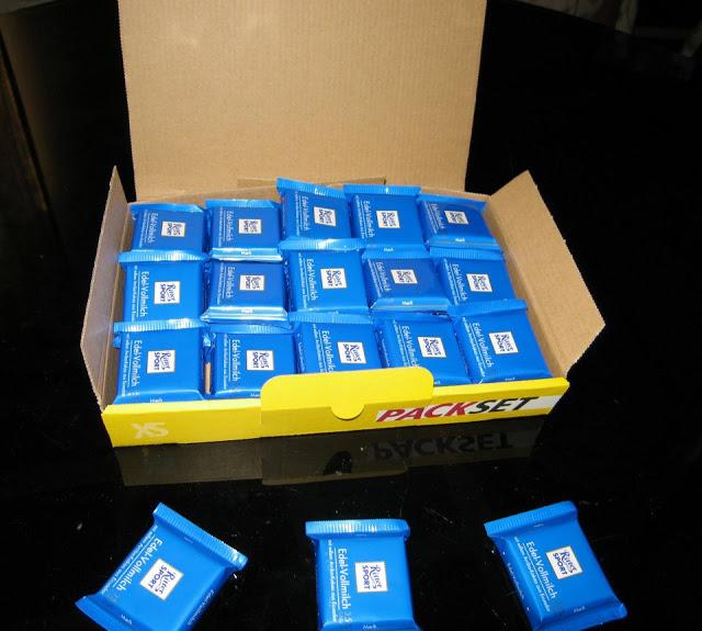 Drei Minitäfelchen bleiben übrig, diese sind für Sie bestimmt zum beruhigen der Nerven, die notwendig sind, die Minitäfelchen fachgerecht zu verpacken.