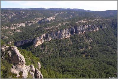El valle de El Hosquillo continua muy cerrado por la derecha