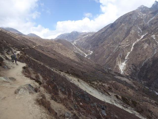 sentiero a mezza costa nei pressi di dhole