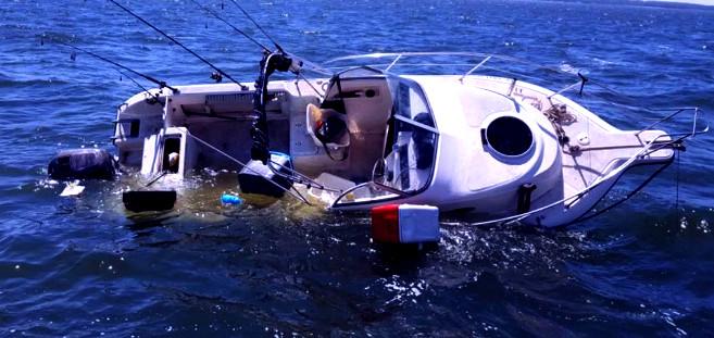غرق قارب للصيد بساحل طنطان و البحرية تنتشل جثة و تبحث عن مفقودين !