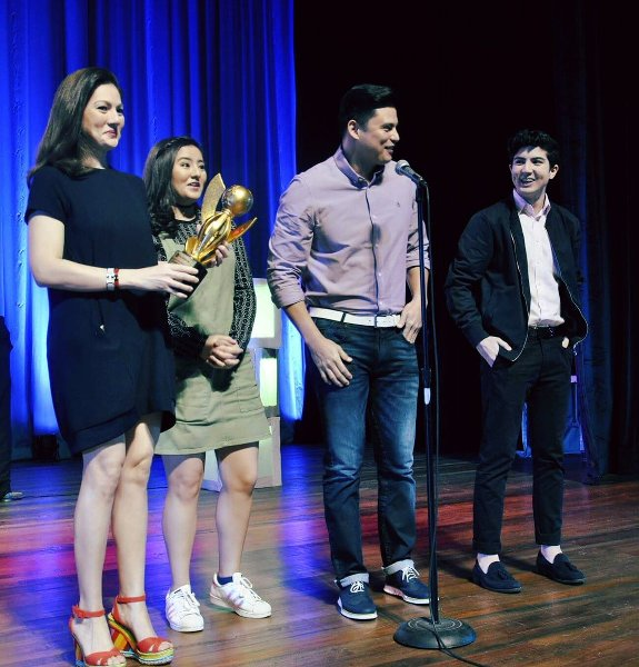 Carmina Villaroel, Zoren Legaspi, Cassy and Mavi receive their EdukCircle Hall of Fame Award for Advertising.